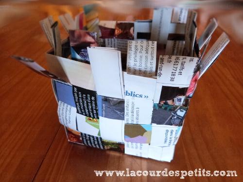 Panier Tressé En Papier : Un panier en papier tress? pour les petites mains la cour