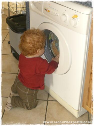 Bébé observe la machine à laver