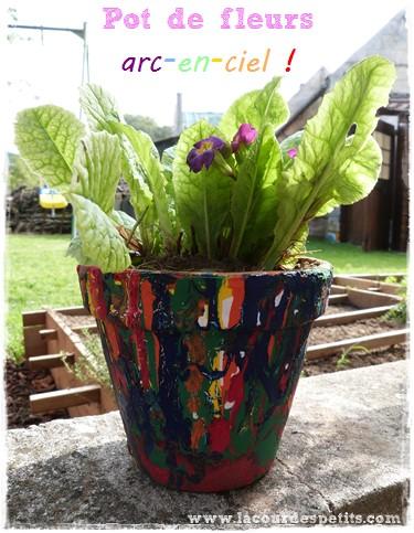 un cadeau fabriquer par les enfants le pot de fleurs multicolore la cour des petits. Black Bedroom Furniture Sets. Home Design Ideas