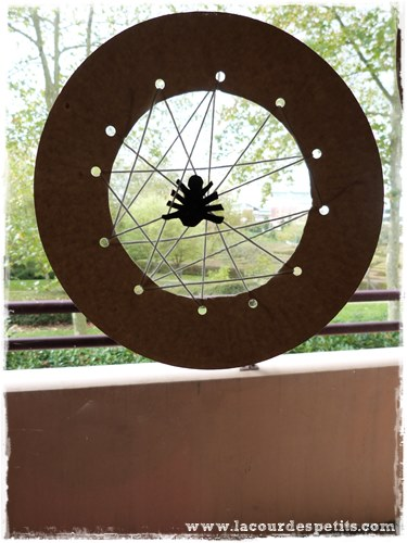 Bricolage Halloween carte a lacer fenetre