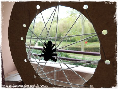 Bricolage Halloween carte a lacer toile araignee