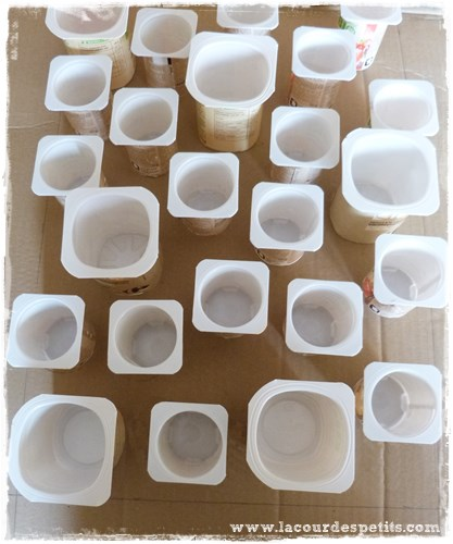 Bricolage de no l le calendrier de l 39 avent avec des pots de yaourts la cour des petits - Calendrier de l avent a fabriquer avec des enfants ...