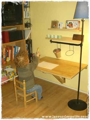Diy le bureau enfant gain de place 2 en 1 la cour des petits - Faire un bureau soi meme ...