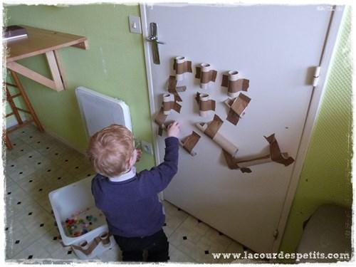 Un jeu en rouleaux de papier toilette la cour des petits - Ou trouver du gazon en rouleau ...