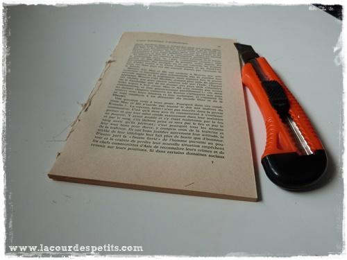 un sapin en papier avec un vieux livre la cour des petits. Black Bedroom Furniture Sets. Home Design Ideas