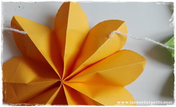 Comment faire une fleur en papier avec les enfants la cour des petits - Guirlande fleurs papier ...