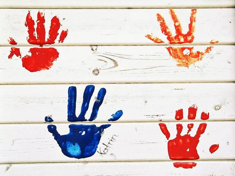 mains empreintes peinture