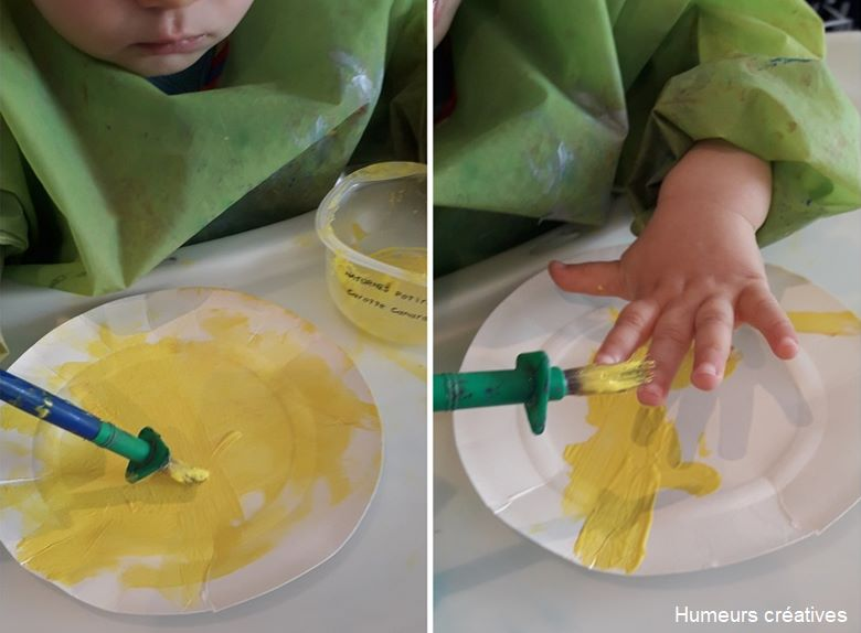 enfant peignant une assiette en carton