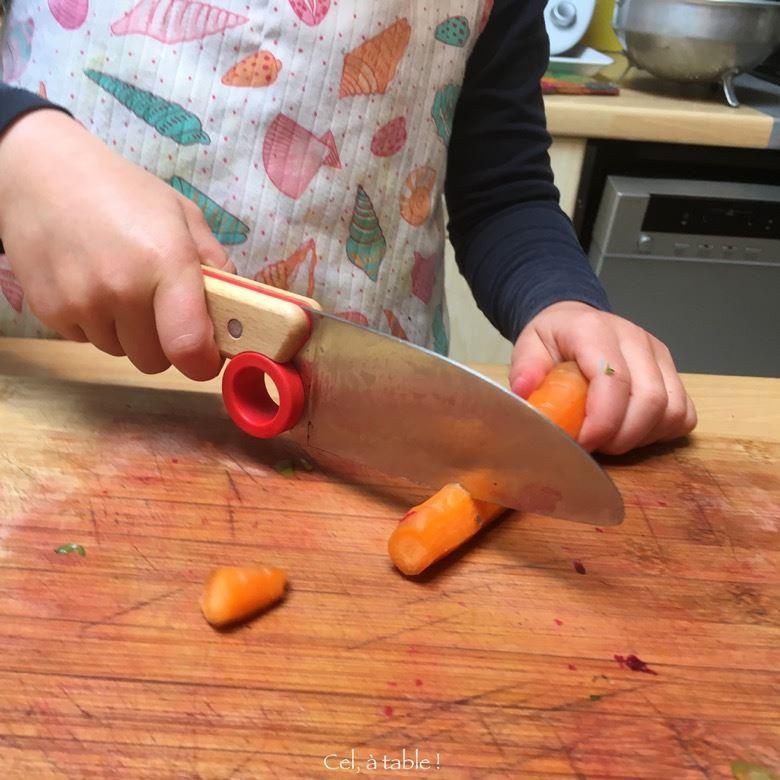 Enfant coupe carotte