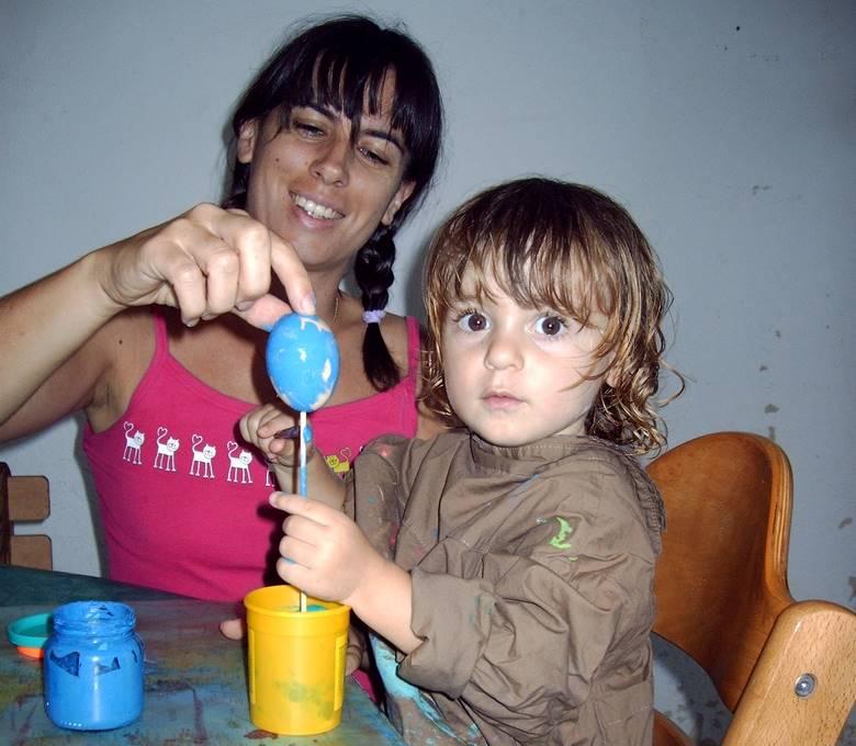 maman et enfant font de la peinture