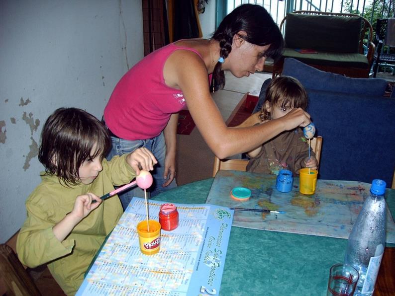 Maman et enfant qui font des activités manuelles